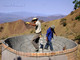 Omar Fonseca. Dos personas construyendo cisterna para 50,000 lts. En Cacahuatepec, Gro.
